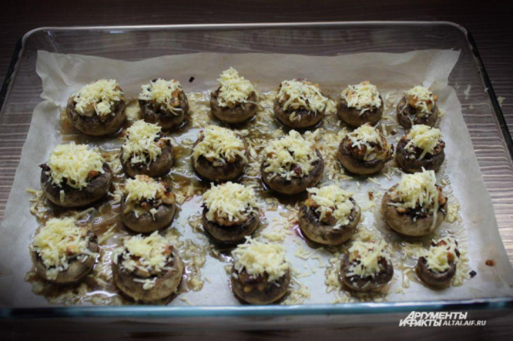 Когда грибочки будут готовы, посыпаем их оставшимся сыром и отправляем в духовку еще на 5 минут.