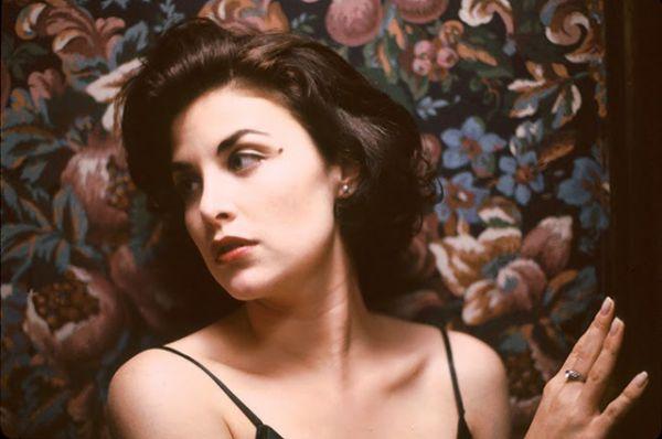В 1983 году Джонни Депп начал встречаться с визажистом Лори Энн Эллисон, они поженились в канун рождества того же года. Этот брак был недолгим и закончился в 1985 году. Следующей пассией Деппа стала звезда сериала Дэвида Линча «Твин Пикс» актриса Шерилин Фенн (на фото).