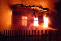 От пожара дети спрятались во дворе за домом