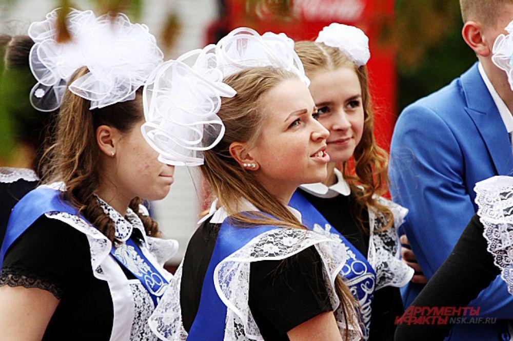 Традиционным атрибутом для девушек на последних звонках стали белые банты, гольфы и строгое платье с фартуком.