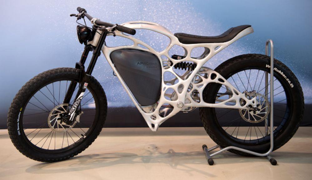 Мотоцикл. Первый 3D электрический мотоцикл был представлен в Германии в этом году. Мотоцикл изготовлен из металлического порошка с помощью технологии лазерного плавления. Весит он всего 35 килограммов.