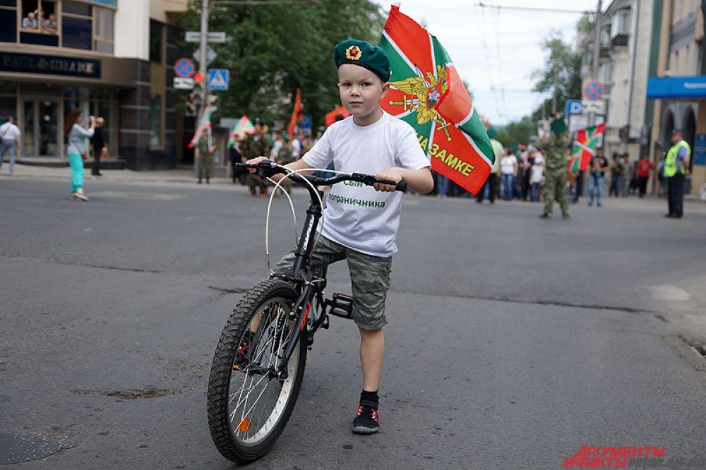 Колонна двигалась до памятника Уральскому добровольческому танковому корпусу.