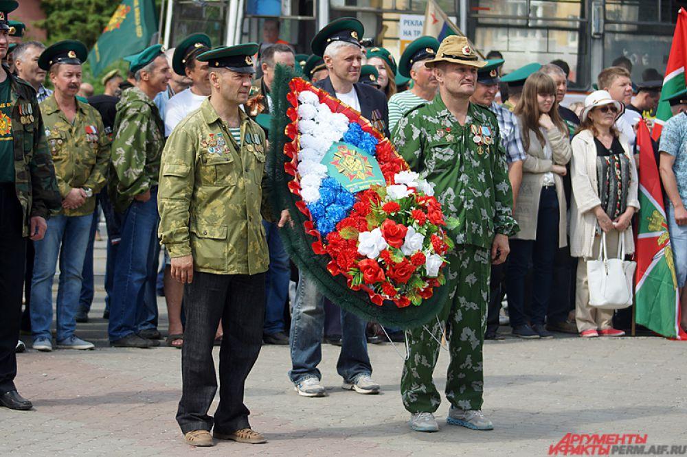 Возложение цветов и венков в память о погибших солдатах.