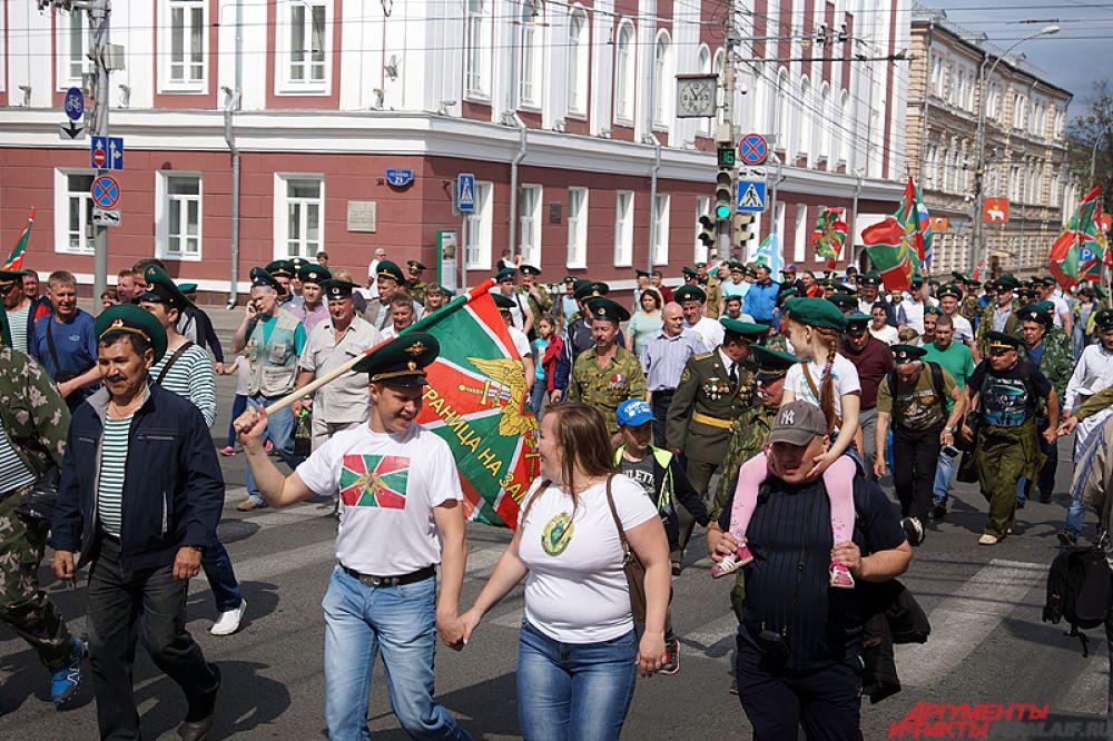 Участники шествия перешли через улицу Ленина.