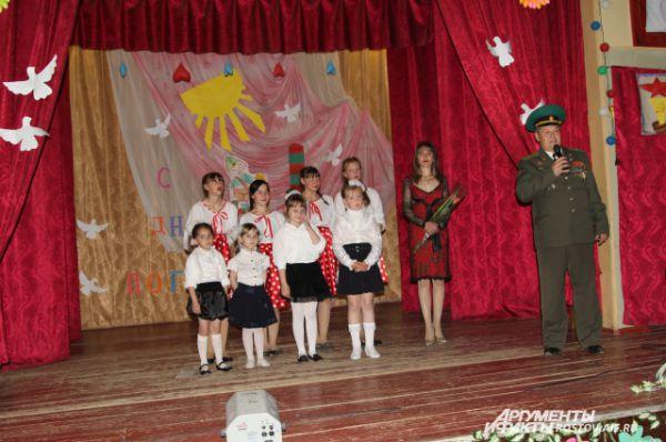 Майор погранвойск в запасе благодарит сельских детей за праздник.