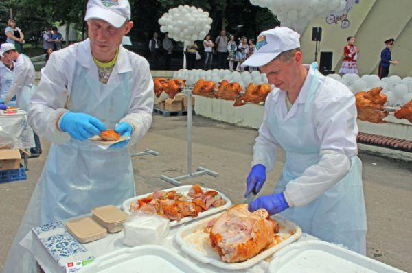 Все ждали дегустацию мяса и зарабатывали купоны в разных конкурсах.