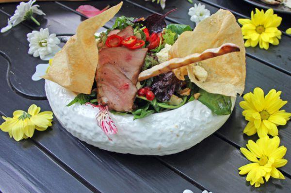 На газонах парка можно было присесть на коврике и насладиться дегустационными блюдами.
