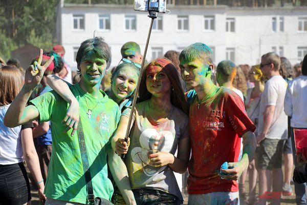 Селфи на фестивале – любимое занятие молодых людей.