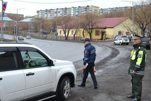 Грузовик был припаркован вдоль проезжей части.