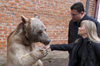 Медведь Степа и его воспитатели Светлана и Юрий Пантелеенко.