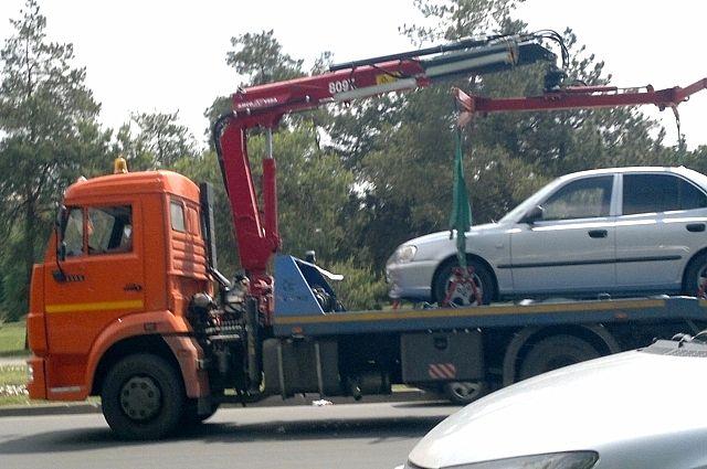 Машина стояла во дворе дома со спущенными колёсами.
