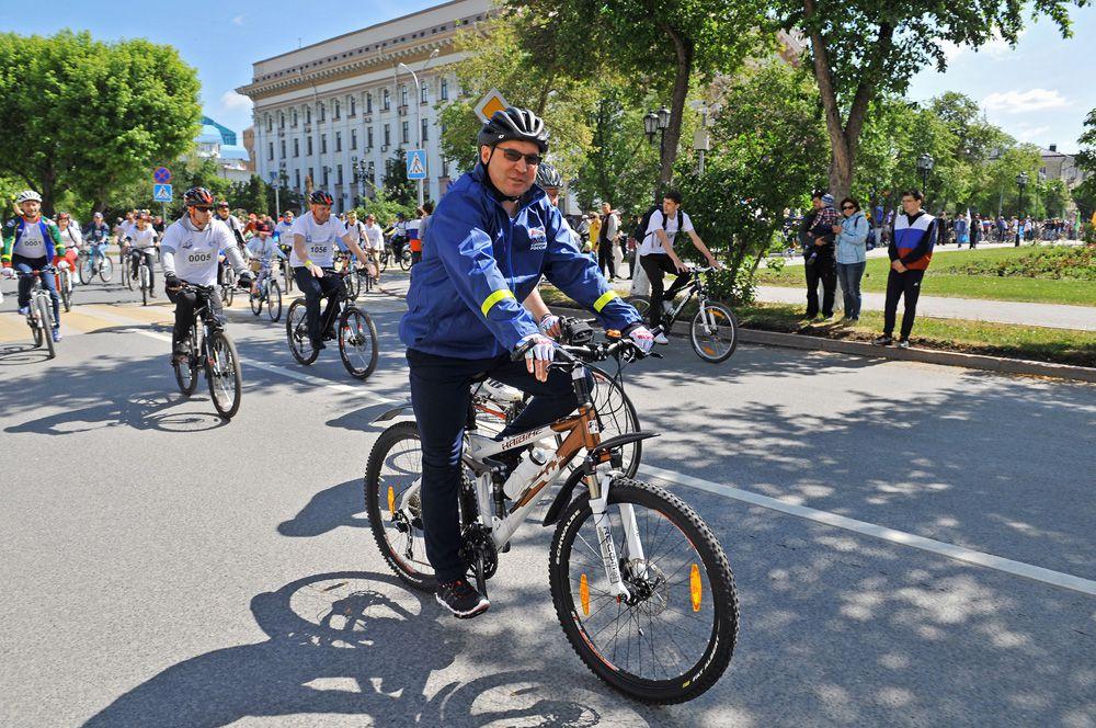 Губернатор Тюменской области Владимир Якушев присоединился к велопараду.