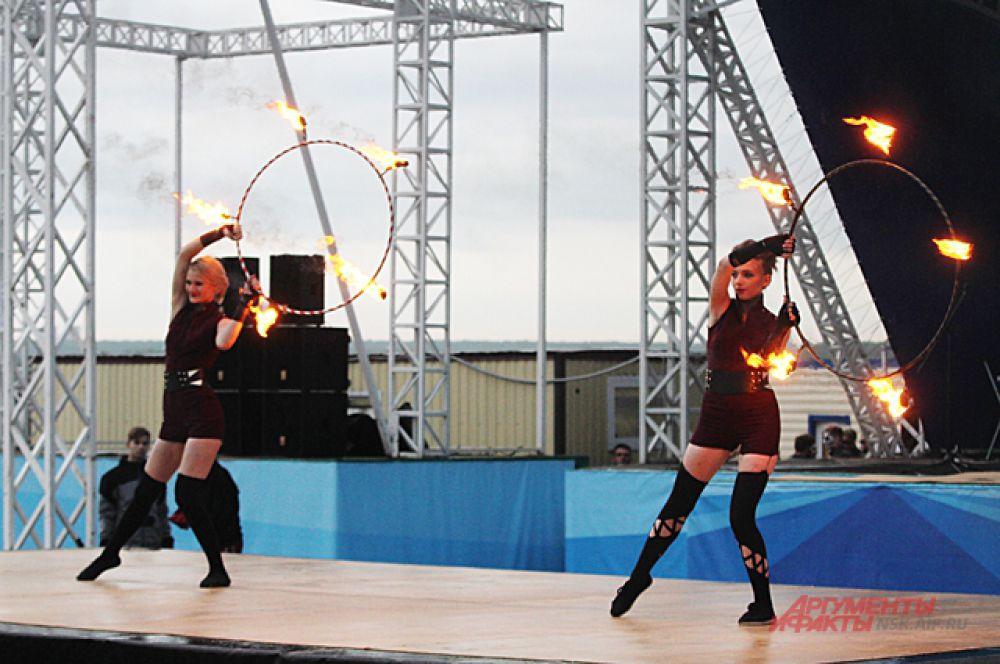 Выступали фаерщики с разными предметами были и кубы, и сферы и огромный шар огня.