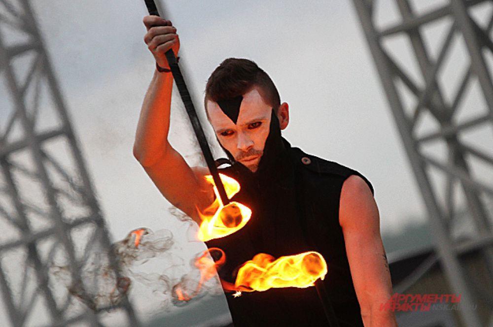 Умение жонглировать огненными булавами удивило многих зрителей.