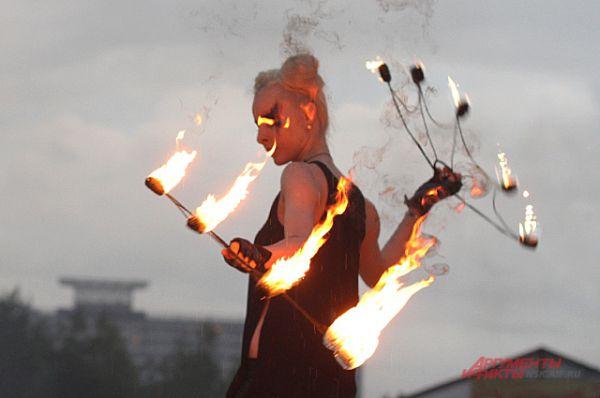 Огненные веера - один из инструментов фаерщиков.