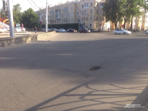 Яма на дороге на проспекте Карла Маркса