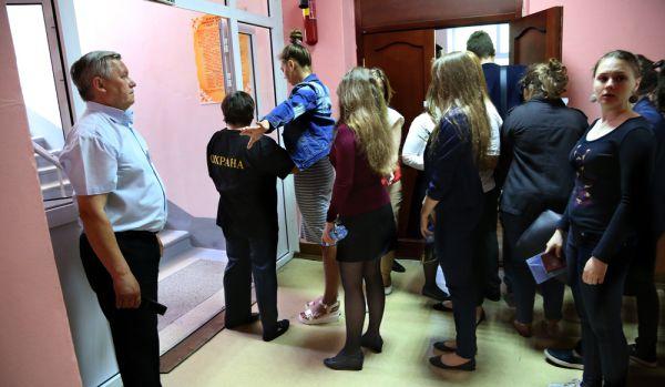В здании школы дежурят наблюдатели, охранники и сотрудник полиции.