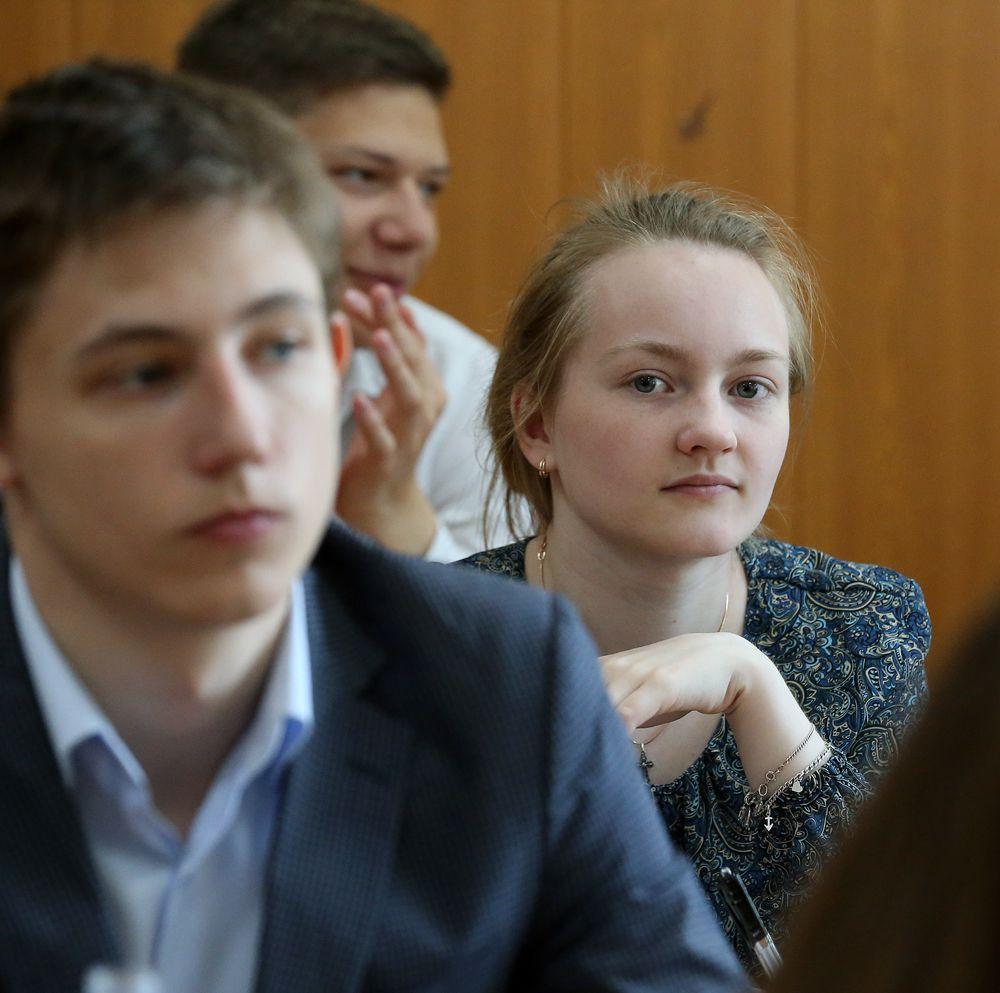 Задания ЕГЭ по русскому языку находятся в классах. Конверты вскрывают ровно в 10 часов.
