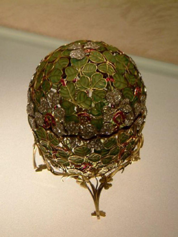 «Клевер», 1902 год. Ажурное яйцо. Из-за своей хрупкости очень редко передвигается или транспортируется. Одно из немногих яиц, не покидавших территорию России.