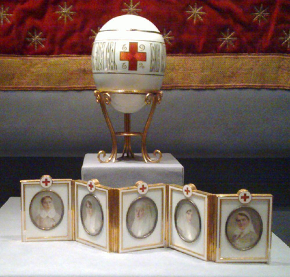 «Красный крест c портретами», 1915 год. Сюрприз — 5 портретов двух дочерей, сестры, жены и кузины царя в форме медсестёр.