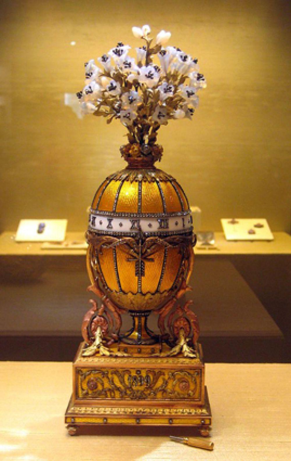 Яйцо-часы «Букет лилий», 1899 год. Одно из самых высоких яиц серии. Рубиновый пандан с розами утерян.