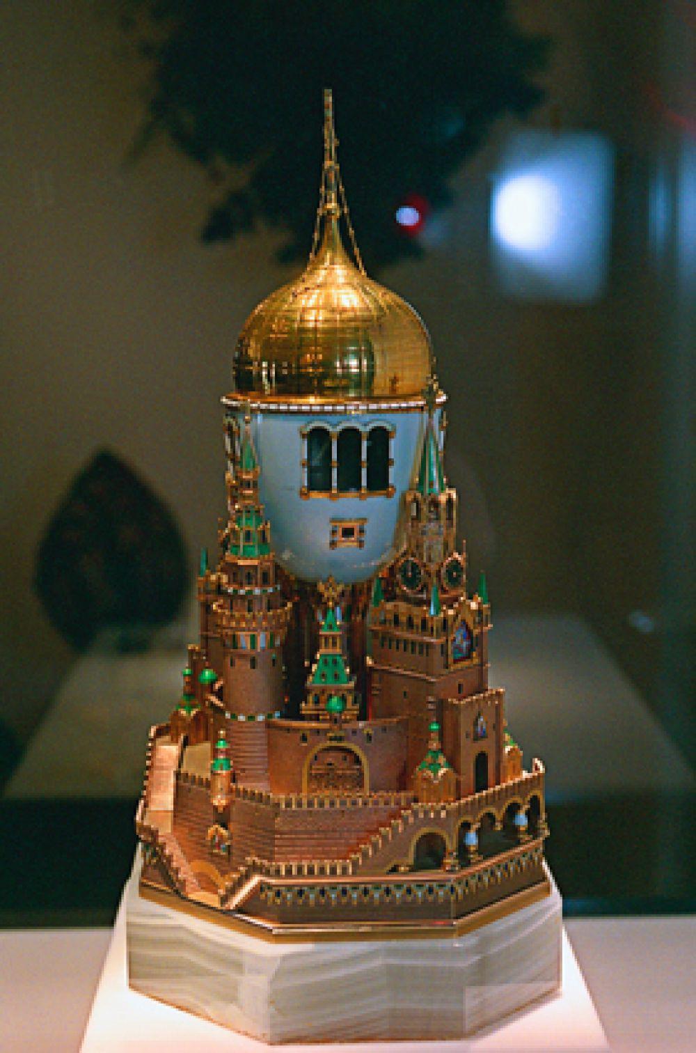 «Московский Кремль», 1906 год. Самое большое из яиц. На нём изображён Успенский собор, а через окна виден интерьер храма. Имеет заводные часы.