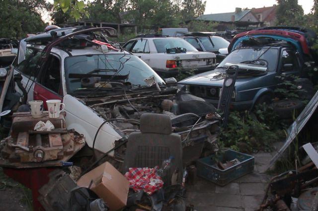 Жители Черняховского района угнали машину, чтобы сдать ее на металлолом.