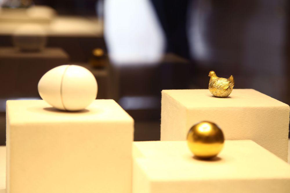 Карл Фаберже и его ювелиры создали первое яйцо в 1885 году. Оно было заказано царём Александром III как пасхальный сюрприз для его жены Марии Федоровны. Так называемое «Куриное» яйцо снаружи покрыто белой, имитирующей скорлупу, эмалью, а внутри, в «желтке» из матового золота, — изготовленная из цветного золота курочка. Внутри курочки, в свою очередь, спрятана небольшая рубиновая корона — позднее утраченная.