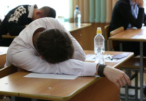 Одиннадцатиклассники часто готовятся всю ночь перед экзаменом, несмотря на то, что психологи советуют хорошо выспаться.