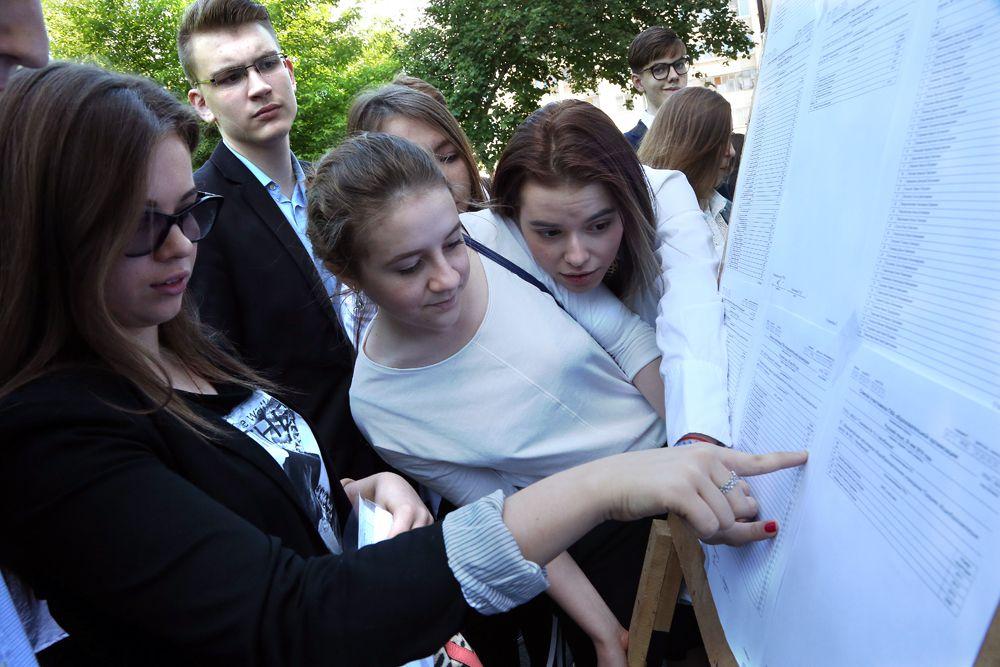В одной школе сдают ЕГЭ выпускники нескольких учебных заведений, все они рассредоточены по разным аудиториям.