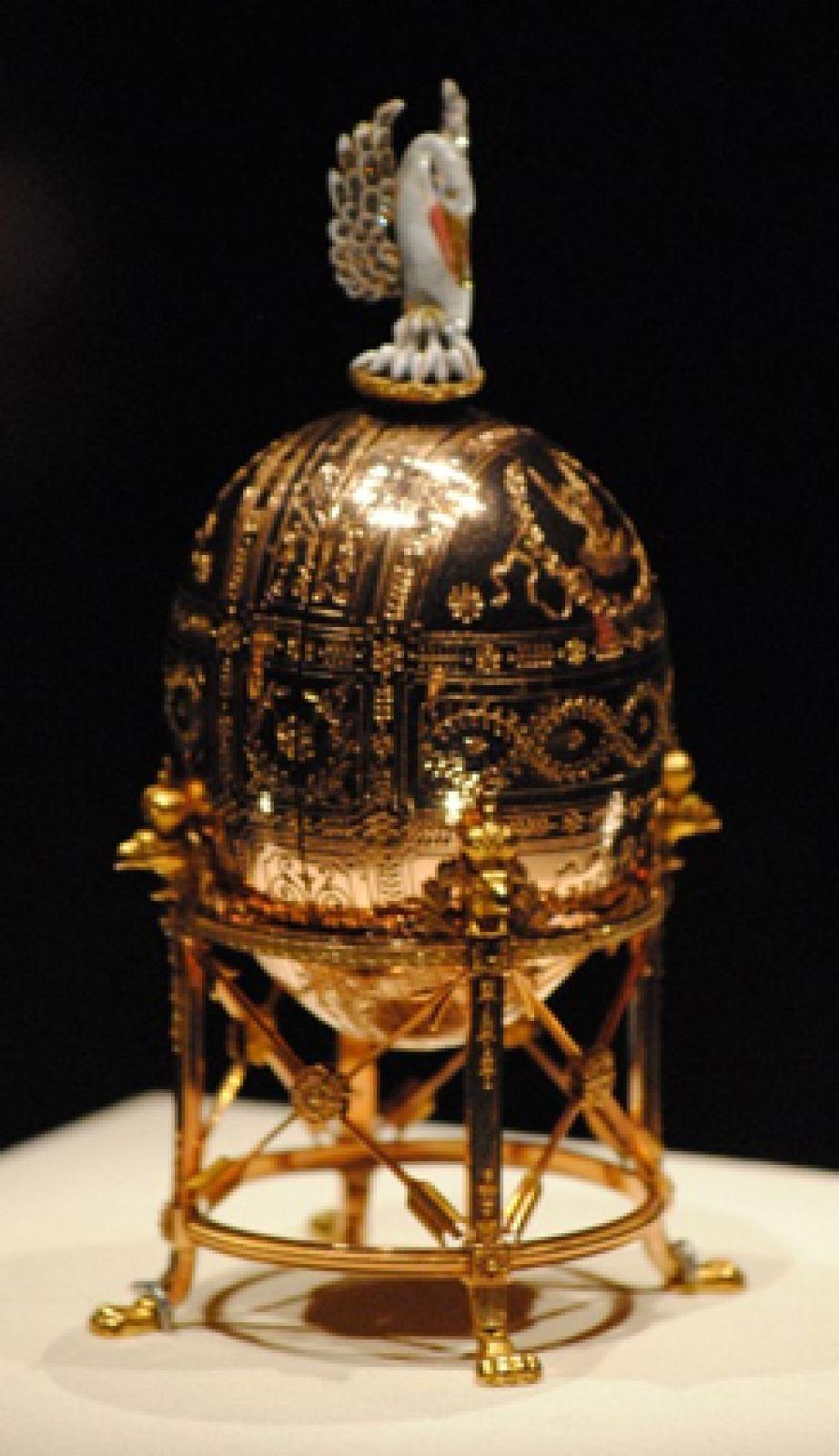 «Пеликан», 1898 год. Яйцо разворачивается на 8 пластин-миниатюр с учреждениями, основанными Вдовой Императрицей Марией Фёдоровной. Пеликан — символ благотворительности.