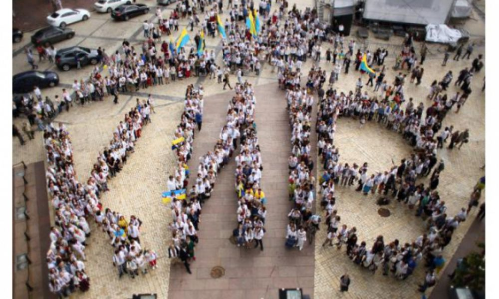 Софиевская площадь стала главной сценой самого масштабного события празднований в этом году – фестиваля «День Києва. Свято на пагорбах». Он объединяет сразу пять локаций, пять сцен и более 40 артистов