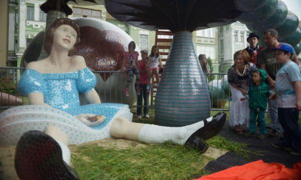 Ко дню города на Пейзажной аллее рядом с Белым кроликом и Чеширским котом появилась главная героиня сказки - Алиса