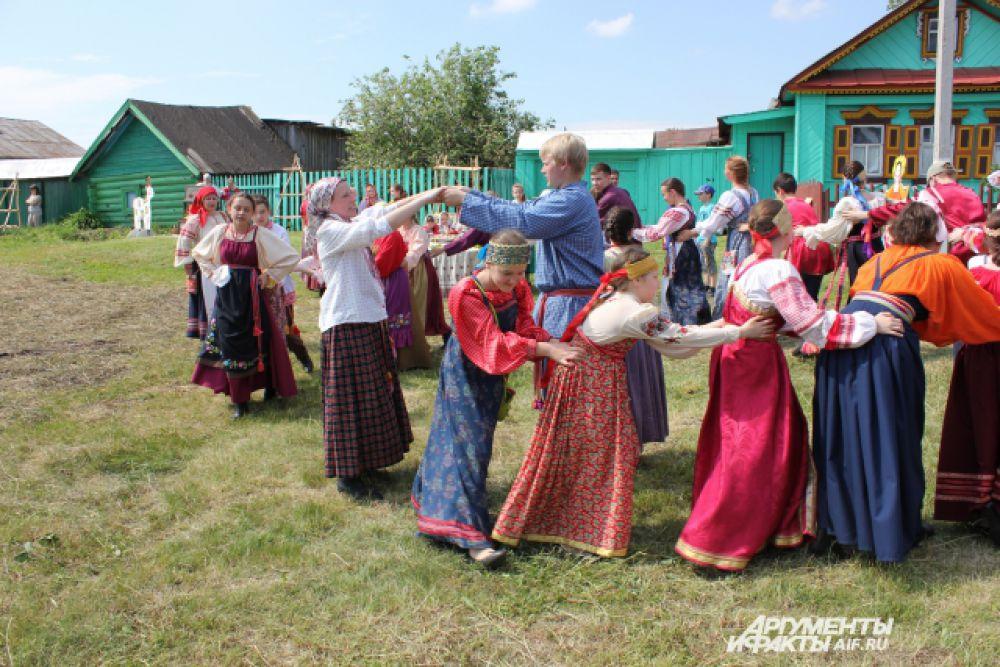 На фестивале работали различные тематические площадки. Молодёжь с удовольствием участвовала в играх и забавах.
