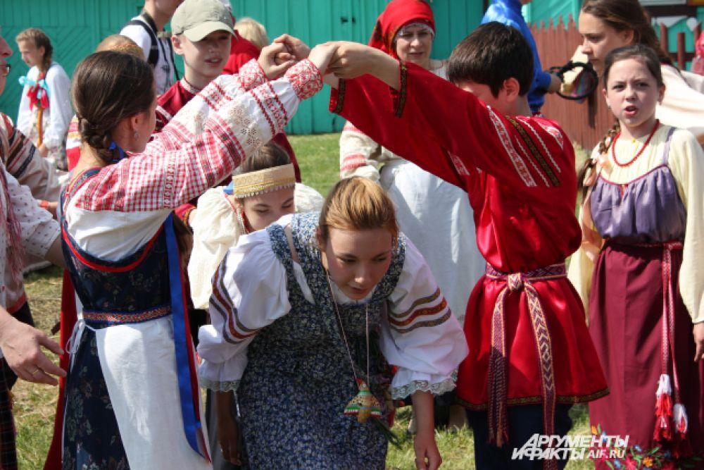 Раньше праздник имел и прагматическое значение - после села молодые играли свадьбы.