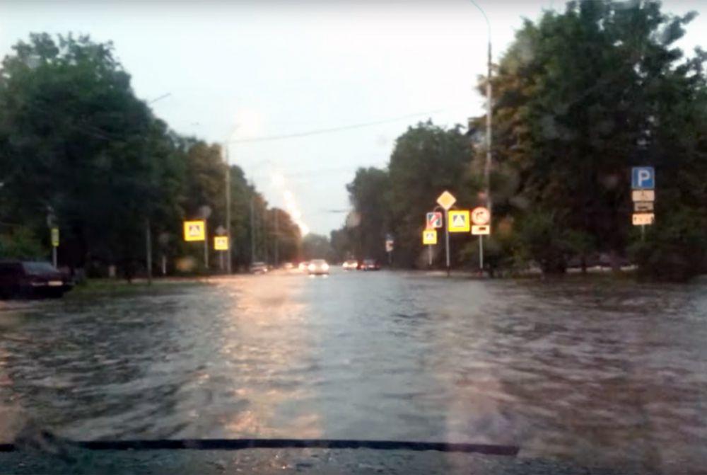 Сплошной поток воды на проезжей части.