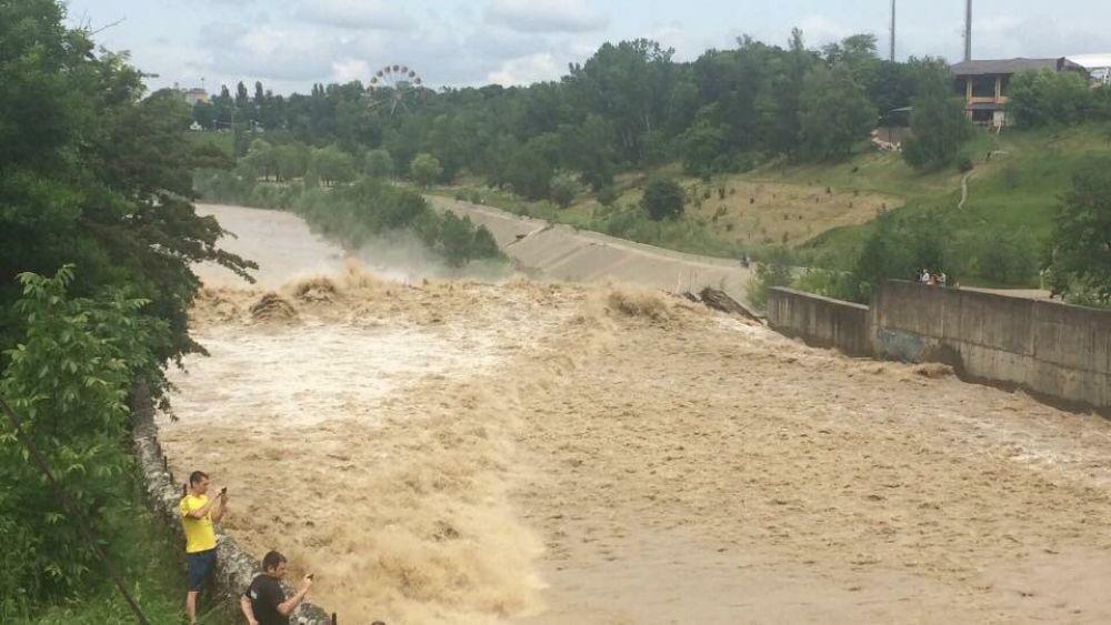 Сброс воды на городской плотине.