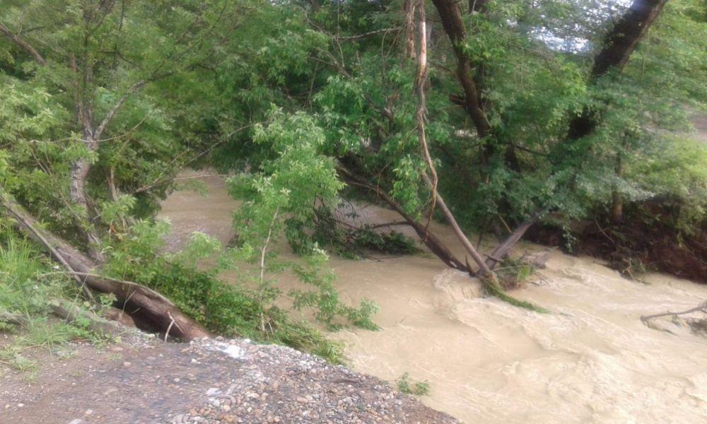 Потоки воды в поселке Шунтук.