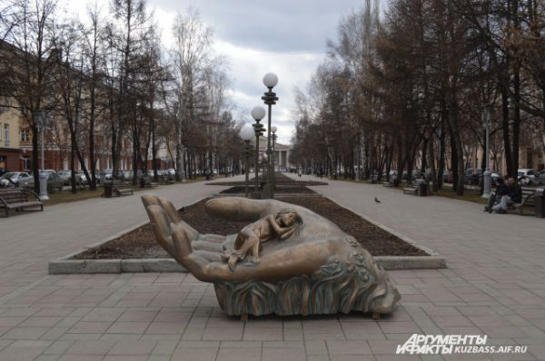 «Колыбель». Эта скульптурная композиция установлена на ул. Весенней в 2009 году недалеко от родильного дома №1. По задумке авторов скульптуры, колыбель обращена к матерям, бросившим своих детей. Это напоминание о том, что только в материнских руках ребёнок может быть по-настоящему защищён и счастлив.