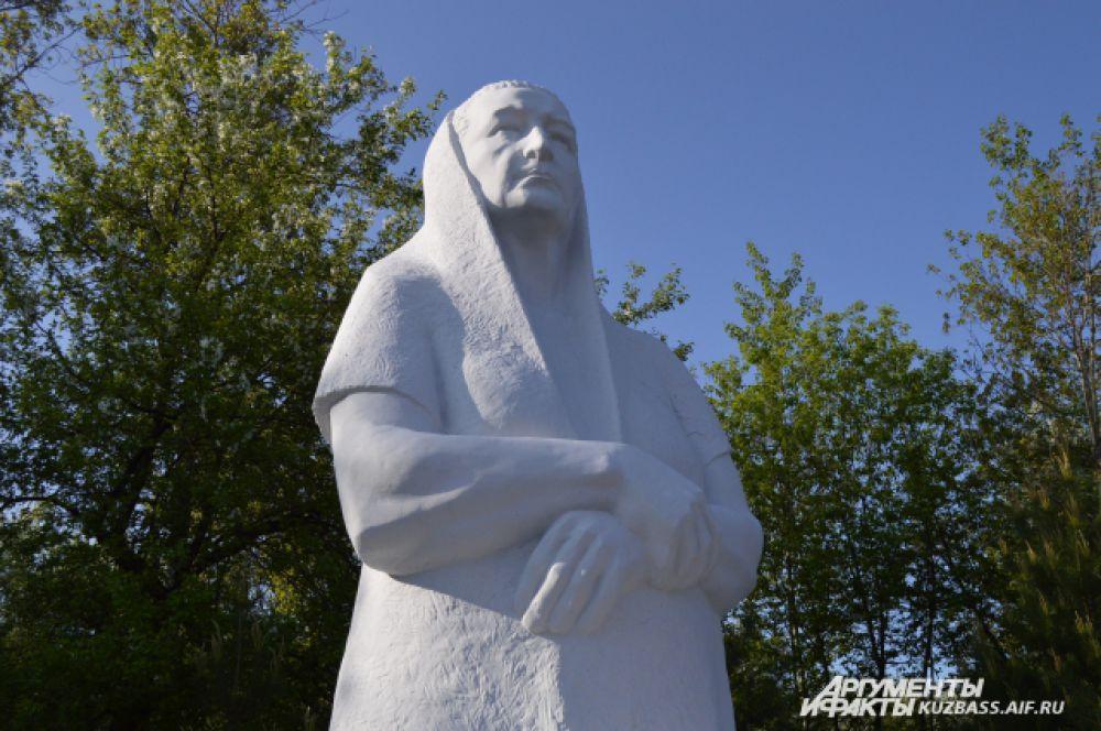 «Мать». Эта скульптурная композиция тоже стала подарком от губернатора в 2011 году и была установлена на пр. Химиков у входа в парк «Кузбасский». Примечательно, что белый цемент для «Мамы» был привезён специально из Турции.