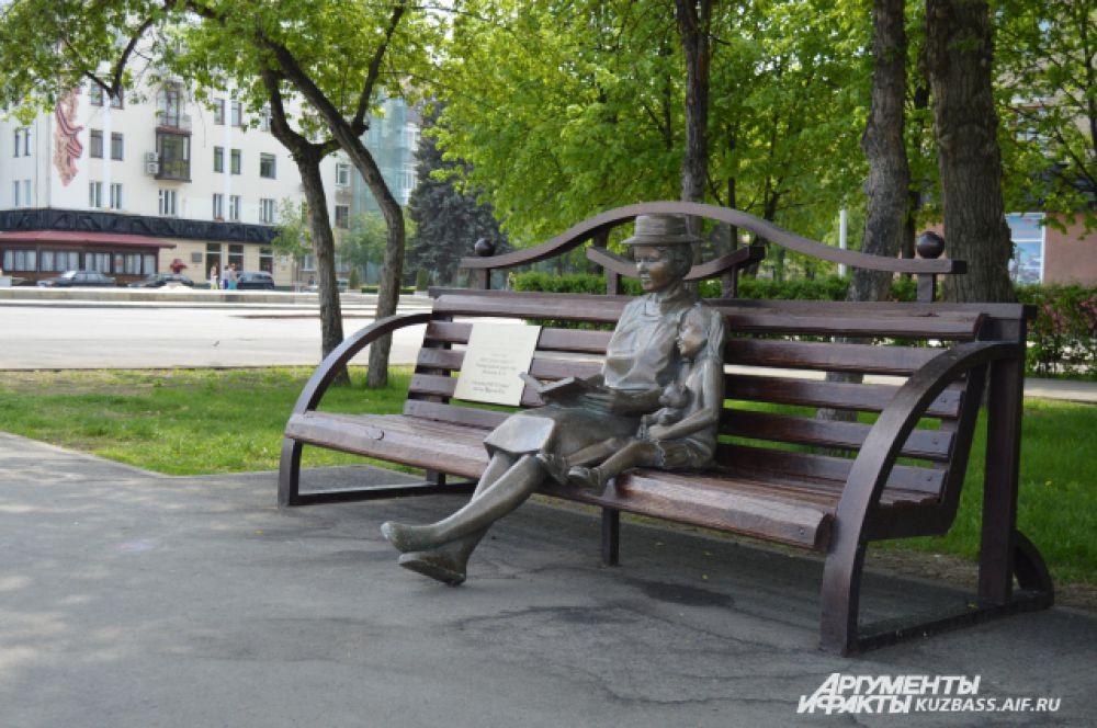«Драгоценная бабушка». Эта необычная скульптура украшает набережную Томи с 2012 года. Бабушка, читающая книжку внучке, явно отзывает к важным семейным ценностям, чем заслужила любовь кемеровчан – скульптура нередко попадает в объективы камер.