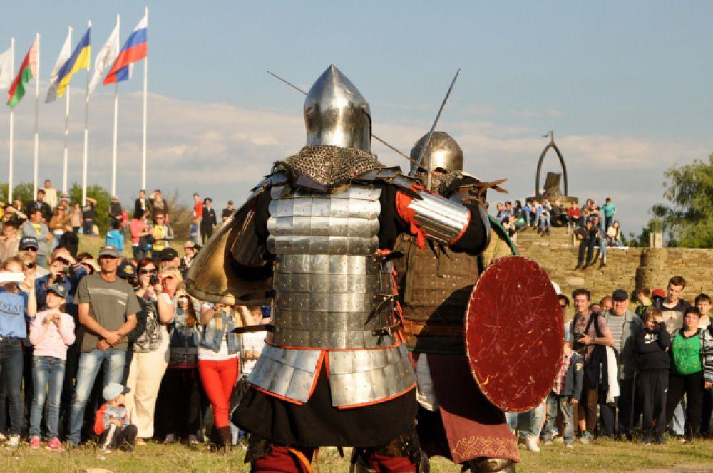 Особенно запоминающимся стали показательные поединки – битвы на мечах.