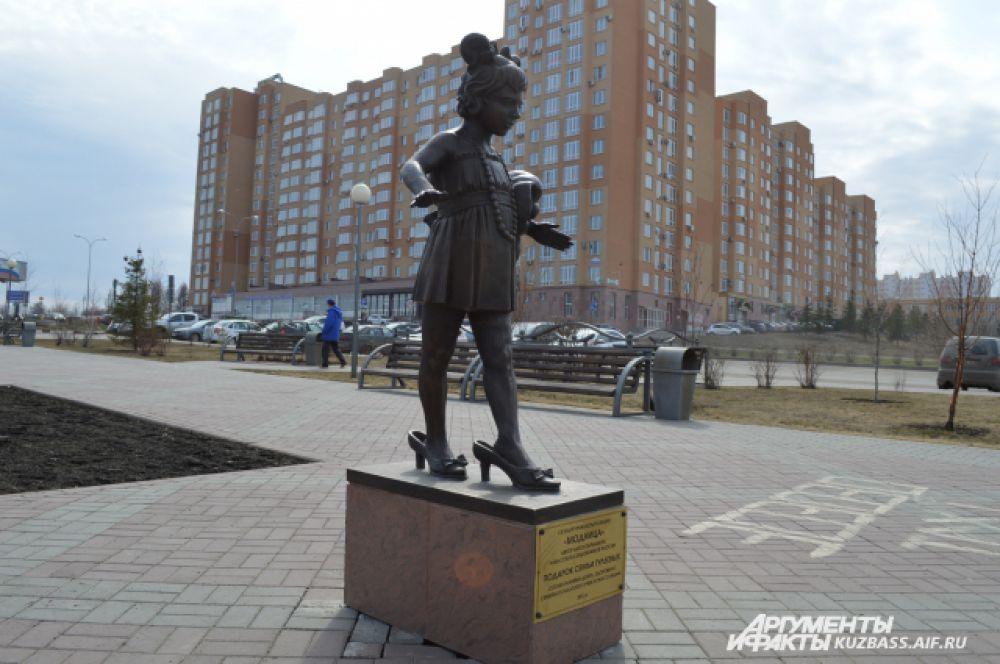 «Модница». Маленькая девочка, видимо, мечтающая скорее вырасти, «поселилась» на бульваре Строителей в 2013 году и стала очередным подарком от семьи губернатора. На статую из бронзы ушло порядка четырёх месяцев работы.