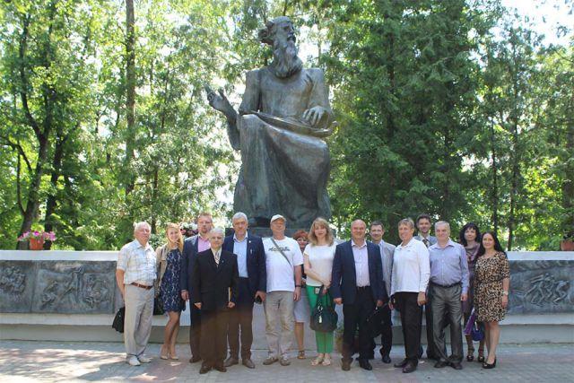 Виктор Гринкевич  с участниками круглого стола у памятника Бояну.