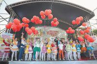 Запускать журавликов помогал и детский коллектив «Семицветик».