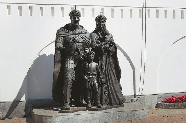 Памятник святым супругам установили на Нахимовском проспекте в 2013 году.