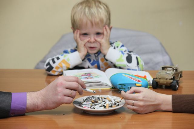 Курильщики часто не задумываются, что их привычка приносит вред и окружающим, особенно детям.