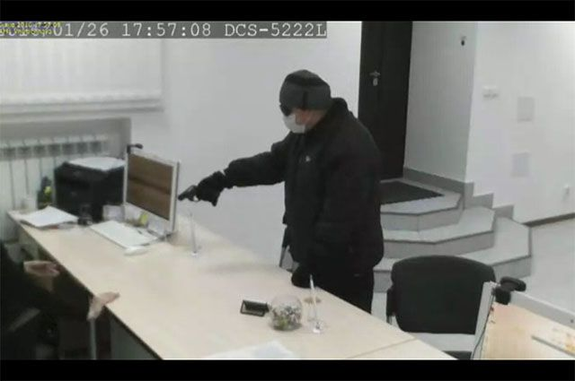 Мужчина попал в объективы камер.