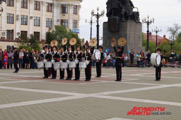 Суворовцы-барабанщики собрали шквал аплодисментов.