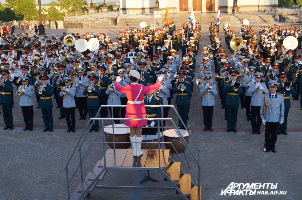 Шоу на площади Славы началось с исполнения гимнов пяти стран.